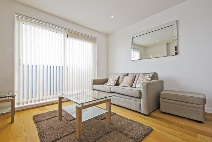 Exemplo sala de estar - persianas, sofá, mesa de centro, esepelho