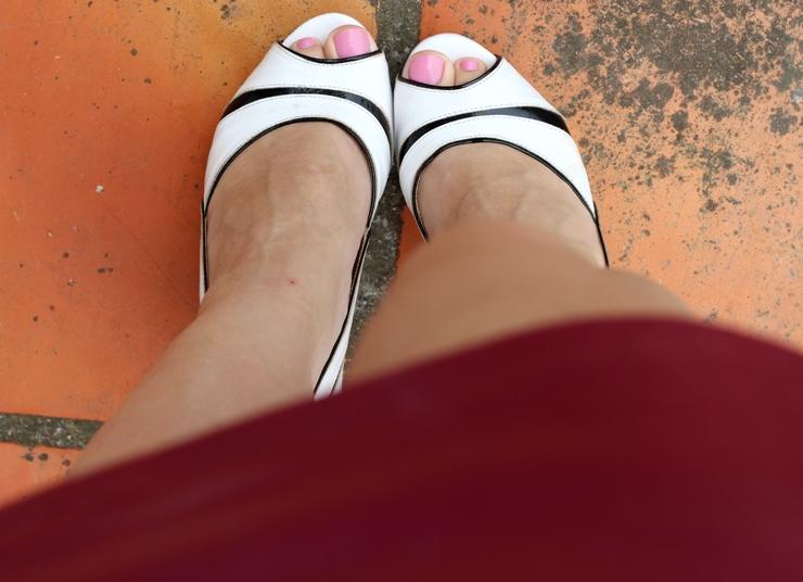 sapato branco e preto peep toe